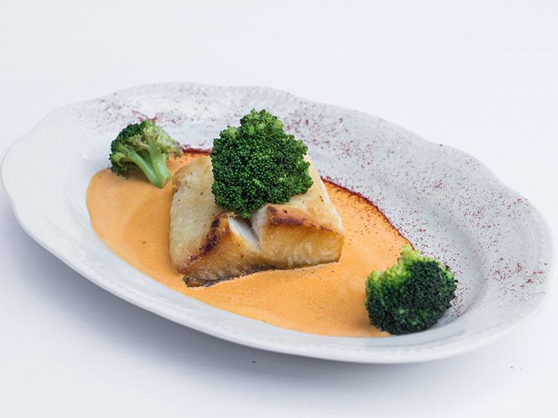 Филе палтуса с брокколи в сливочном соусе