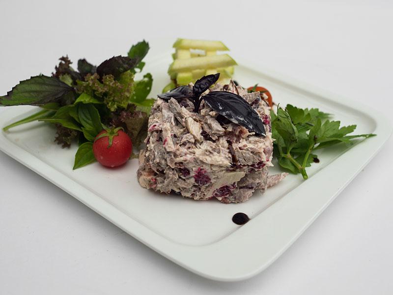 Мясной салат «Третий Рим» (язык, пармская ветчина, утиное магре, куриная грудка, запеченная говядина, клюква)