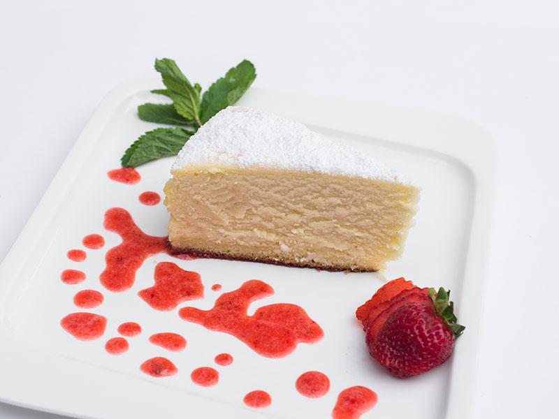 Ванильный чизкейк с соусами (малиновый, клубничный, шоколадный, карамельный)