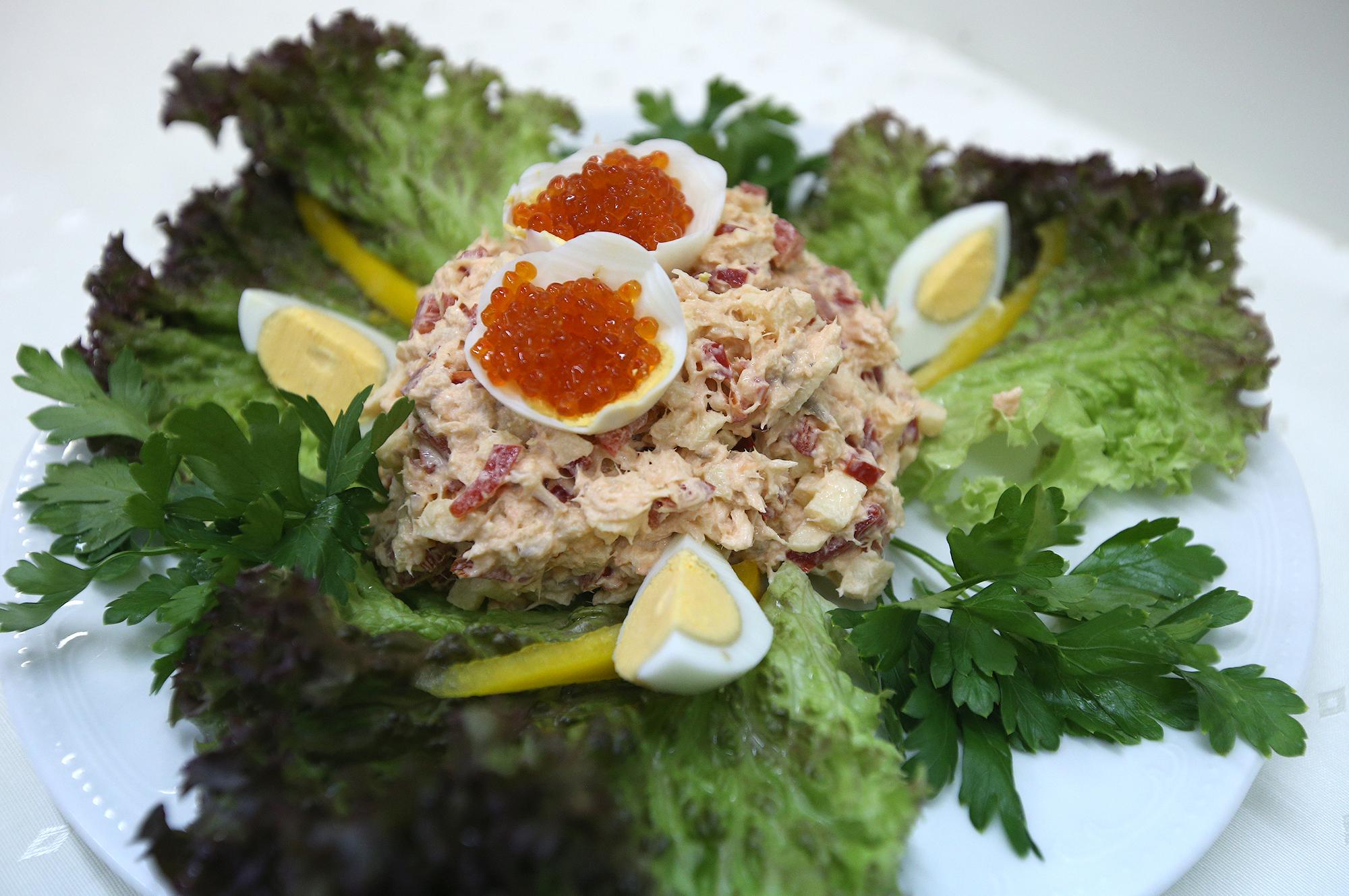 «Нисуаз» (тунец, помидор, картофель, спаржа, красный лук, маслины, отварные яйца)