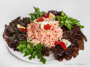 Салат из лосося с красной икрой, яблоком и сладким перцем